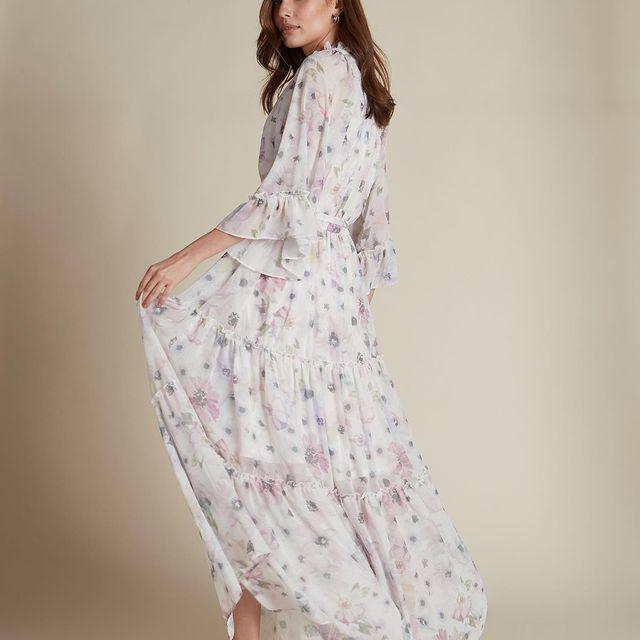 אנחנו לא יכולות להישאר אדישות לשמלה הזאת! שמלת מקסי שיפון פרחונית מחכה לך עכשיו בחנויות ובאתר🌸